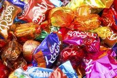 混杂的被包裹的巧克力甜点紧密  免版税库存图片