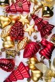 混杂的金黄和红色圣诞节装饰品一张顶视图在白色背景的 库存图片