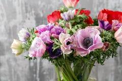 混杂的银莲花属花花束在花瓶的 卖花人的工作在花店 库存照片