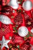 混杂的银,红色和绿色圣诞节一张顶视图装饰o 库存照片