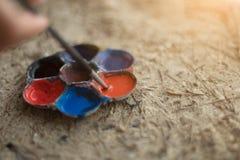 混杂的颜色的艺术调色板在沙子海滩 免版税图库摄影