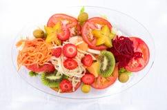 混杂的水果和蔬菜沙拉 免版税图库摄影