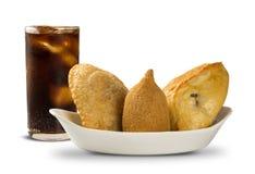 混杂的巴西人油炸了鸡快餐、esfihas和酥皮点心 免版税图库摄影