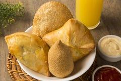 混杂的巴西人油炸了鸡快餐, esfihas和酥皮点心 免版税库存图片