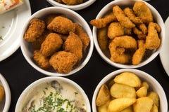 混杂的巴西快餐,包括酥皮点心,炸鸡 免版税库存图片