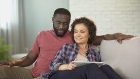 混杂种族夫妇在互联网、容易的票和旅馆预定上的计划假期 影视素材