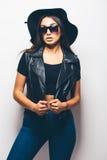 混血儿女孩佩带的太阳镜和黑帽会议在白色背景 库存照片
