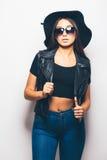 混血儿女孩佩带的太阳镜和黑帽会议在白色背景 免版税库存图片