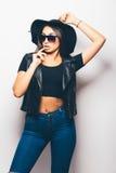 混血儿女孩佩带的太阳镜和黑帽会议在白色背景 图库摄影