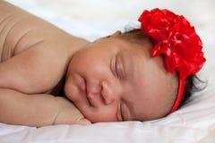 混血儿新出生女婴睡觉 免版税库存图片
