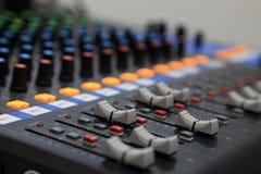 混音器在有选择聚焦的录音室 库存图片