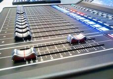 混音器控制有模糊的背景 图库摄影