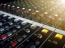 混音器控制板,按钮设备混音器控制、混音器控制实况音乐的和演播室设备的 免版税库存照片