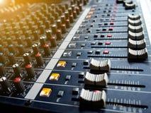混音器控制板,按钮设备混音器控制、混音器控制实况音乐的和演播室设备的 免版税库存图片