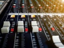 混音器控制板,按钮设备混音器控制、混音器控制实况音乐的和演播室设备的 库存照片