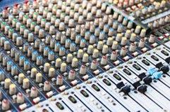 混音器控制设备 合理的调平器 Profesional合理混合的工作室设备 Profesional声音 库存图片