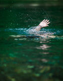 淹没的某人的手和需要帮助 免版税库存照片