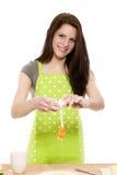 添加烤蛋粉末到妇女年轻人 库存照片