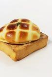 添面包烘烤用黄油并且装饰 免版税库存图片