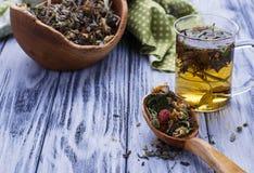 清凉茶和干草本 免版税库存图片