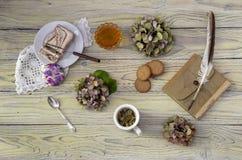 清凉茶和混合药剂在一张木桌上 免版税库存图片