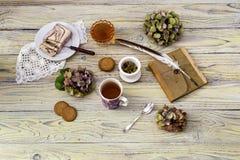清凉茶和混合药剂在一张木桌上 库存图片