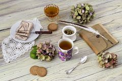 清凉茶和混合药剂在一张木桌上 图库摄影