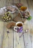 清凉茶和混合药剂在一张木桌上 库存照片