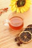 清凉茶杯用在木背景的干柠檬 库存照片