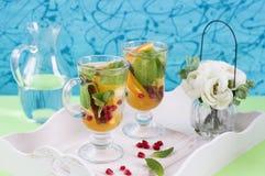 清凉茶用切的桔子、薄菏和桂香 库存照片