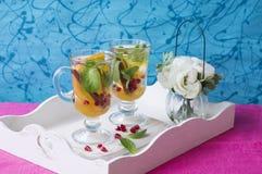 清凉茶用切的桔子、薄菏和桂香 免版税库存图片