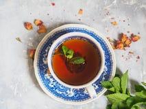 清凉茶用在一个蓝色杯子的薄菏 免版税库存图片