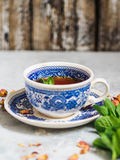 清凉茶用在一个蓝色杯子的薄菏 免版税图库摄影
