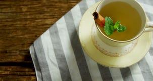 清凉茶用肉桂条和草本在布料4k 影视素材