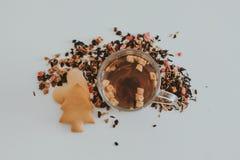 清凉茶用蔓越桔、苹果、姜、柠檬、桂香和麝香草在玻璃 温暖的茶,健康果子被灌输的茶 库存照片