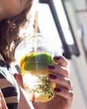 清凉饮料饮料用手头的薄荷 免版税库存照片