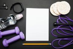 清单与拷贝空间用健身设备 健康生活方式、健身房和锻炼概念在黑背景 免版税库存照片