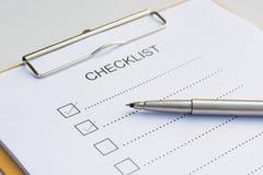 清单概念-清单、纸和一支笔与清单wo 免版税图库摄影