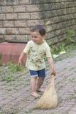 清扫围场的男婴 小男孩我的mother& x27; s帮手,详尽的刷子地板 库存图片