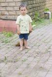 清扫围场的男婴 小男孩我的mother& x27; s帮手,详尽的刷子地板 免版税库存图片