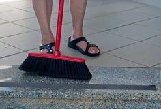 清扫大理石地板的夫人 免版税图库摄影