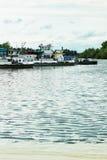 清扫的一艘河驳船扫除机在码头 免版税库存照片