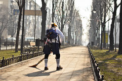 清扫道路的人在公园 免版税库存照片