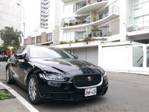 清新的环境黑色颜色捷豹汽车XE在Barranco,利马parqued 免版税图库摄影