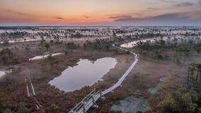 清早一条有雾的沼泽地供徒步旅行的小道的时间间隔 影视素材