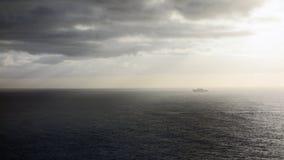 清早与小船的海景 免版税库存照片