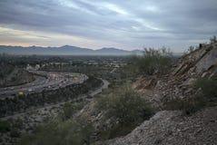 清早亚利桑那沙漠俯视的高速公路向菲尼斯 免版税库存图片