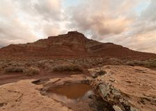 清早光做云彩在冬天雨以后软软地发光留下池水在冰砾顶部 库存照片