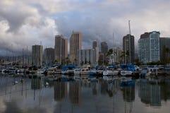 清早在夏威夷小游艇船坞 免版税库存图片