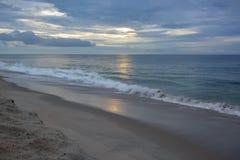 清早在日出的海滩步行与天堂般的天空 免版税库存图片